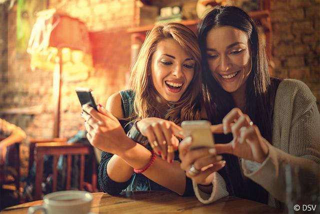Echtzeitüberweisung Frauen mit Smartphone