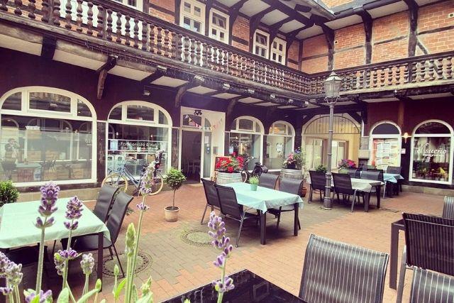 Cafe Tische Innenhof